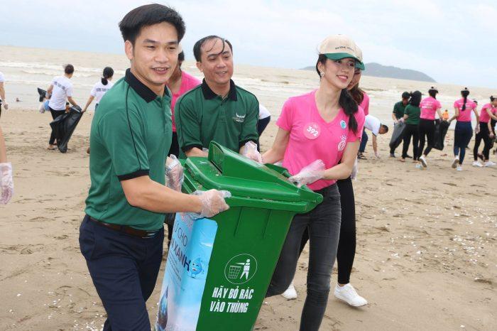 Mường Thanh đồng hành thí sinh Hoa hậu Việt Nam dọn vệ sinh bãi biển Cửa Lò khắc phục hậu quả bão