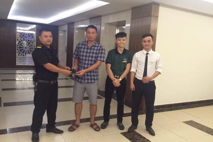Nhân viên Mường Thanh Cửa Lò trả lại hơn 11 triệu đồng cho khách hàng để quên