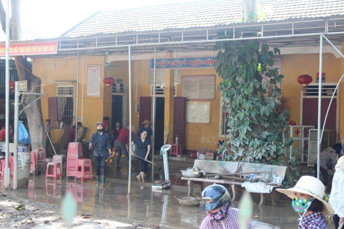 Mường Thanh Grand Con Cuông chung tay dọn dẹp trường học sau bão lũ