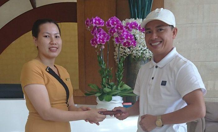CBNV Mường Thanh Luxury Nha Trang trả lại chiếc điện thoại giá trị bỏ quên cho khách hàng