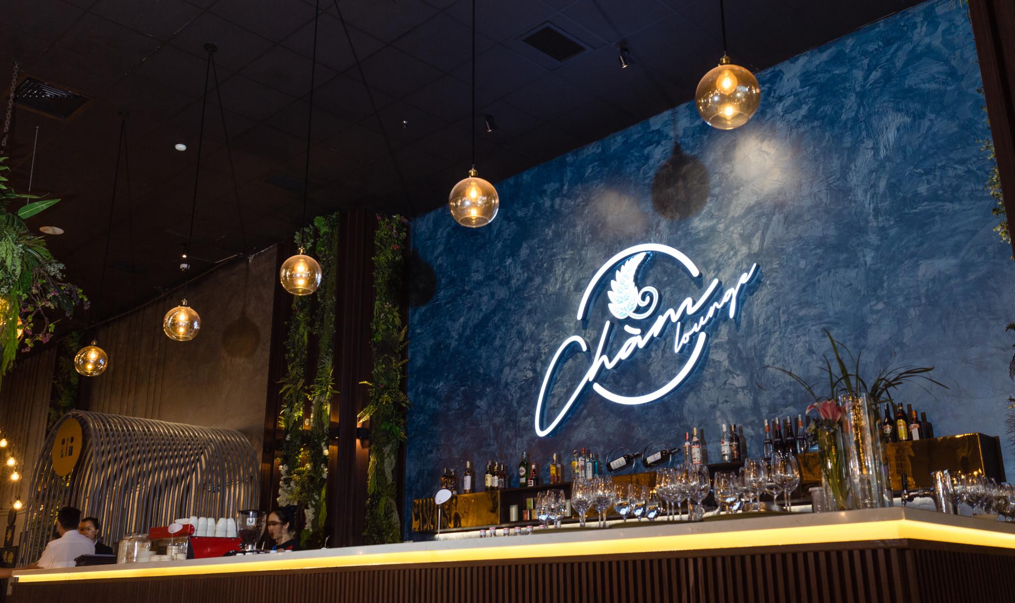Vừa mới khai trương, 'Chàm Lounge' đã thu hút khách bởi không gian ấn tượng