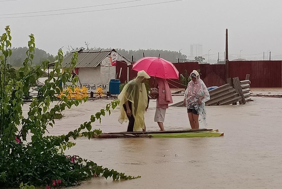 Xót xa cảnh nhân viên khách sạn Mường Thanh Grand Quảng Trị phải đi thuyền để về nhà