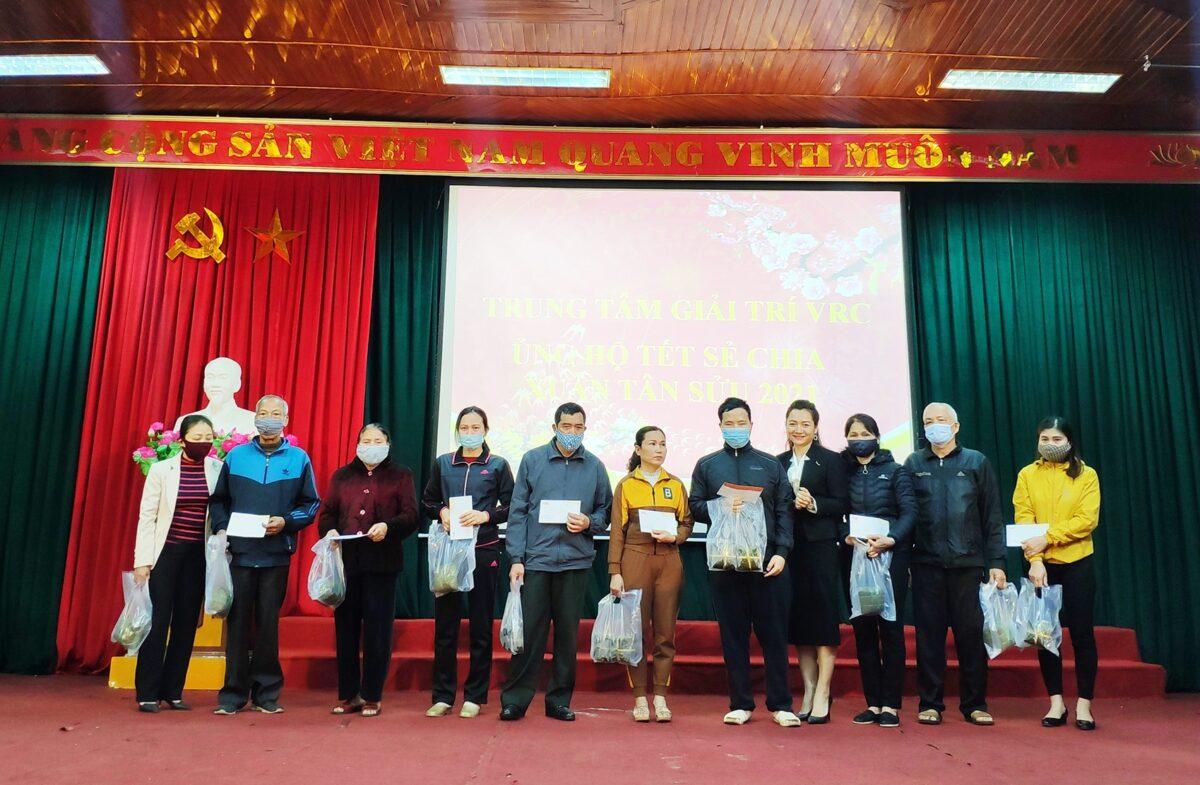 Trung tâm giải trí VRC trao tặng nhiều phần quà tới người nghèo tại Nghệ An